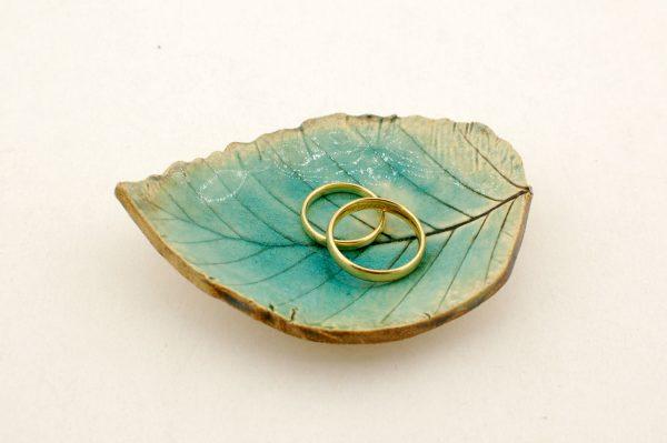 Turkusowa podstawka na obrączki ślubne, w kształcie listka