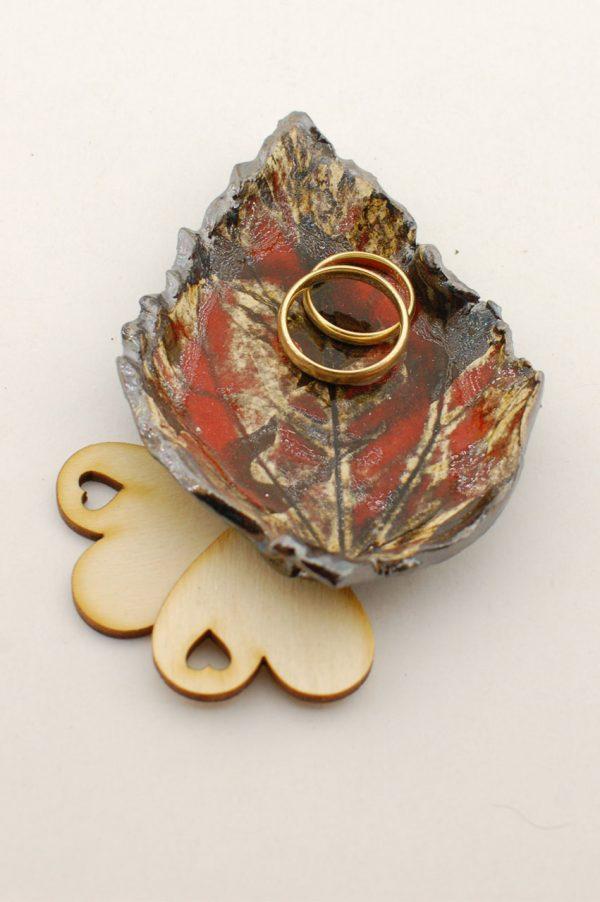podstawka pod obrączki ślubne w kształcie liścia