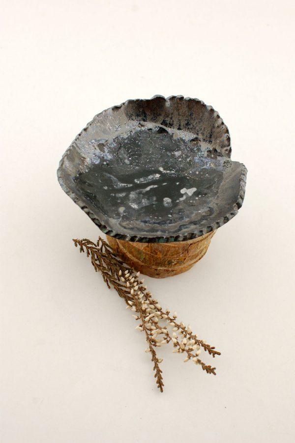 Czarno-srebrna miseczka w kształcie listka do nowoczesnego wnętrza