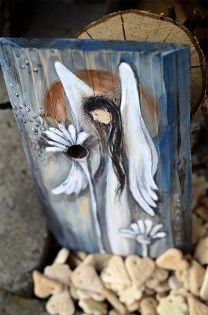 Anioł Dobrego Słowa namlowany na naturalnym drewnie z wykorzystaniem jego formy oraz rysunku słojów i układu sęków| Angel painted on wood