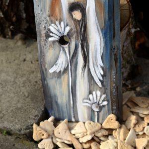 | Angel painted on woodAnioł Dobrego Słowa namlowany na naturalnym drewnie z wykorzystaniem jego formy oraz rysunku słojów i układu sęków