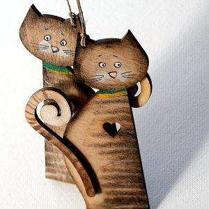 Para małych kotków połączona serduszkiem