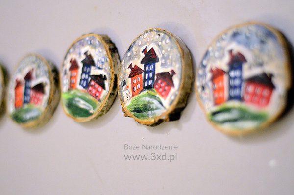 Drobny upominek z bałwankiem i domkami w zimowej szacie ręcznie malowanymi na krążku brzozowym