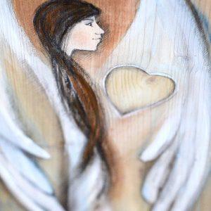 """""""Anioł z Sercem"""" to anioł na prostokątnych heblowanych deskach o dokładnie takich samych, powtarzalnych wymiarach"""