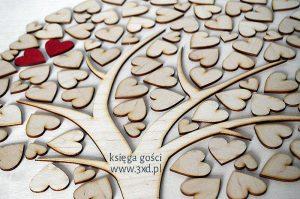 KSIĘGA GOŚCI w formie dużego drzewka z serduszkami. Na serduszkach goście mogą albo składać podpisy, albo króciutką dedykację, albo odbijać odciski kciuków.