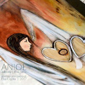 Anioł Jednoczący Dwa Serca może symbolicznie połączyć serca narzeczonych, małżonków lub osób, do tej pory, odległych od siebie