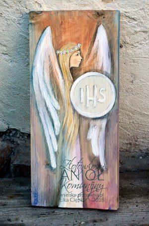 Złotowłosy Anioł Komunijny jest wyjątkowym prezentem i równocześnie pamiątką na długie lata dla dziewczynki z okazji Pierwszej Komunii Świętej