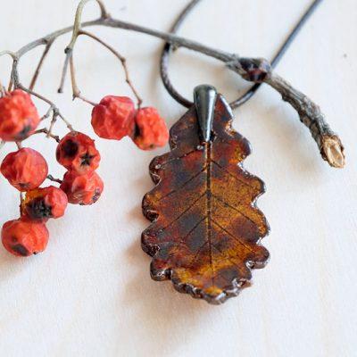 autorska biżuteria na prezent - wisior w kształcie liścia dębu