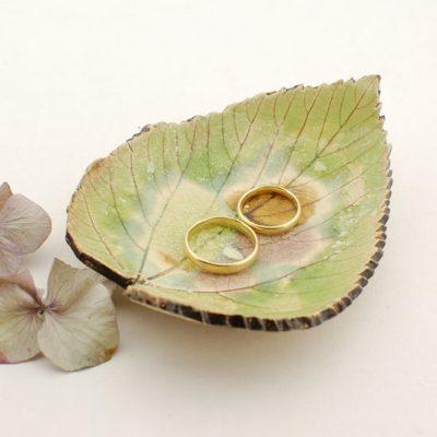 ceramiczna podstawka pod obrączki ślubne