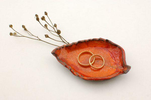 obrączki ślubne na podstawce w formie listka